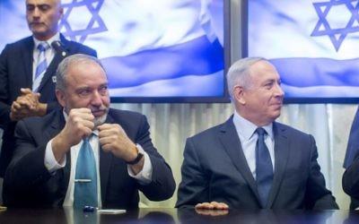 Le Premier ministre Benjamin Netanyahu et le chef du parti Yisrael Beytenu, Avidgor Liberman, après la signature de l'accord de coalition, à la Knesset, le mercredi 25 mai 2016. (Crédit : Yonatan Sindel/Flash90)
