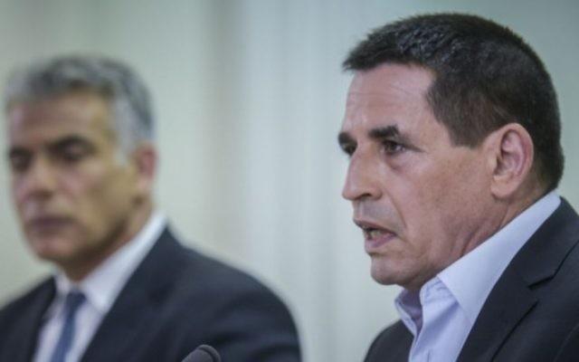 Yoav Segalovitz (à droite), ancien chef d e l'unité anti-corruption Lahav 433 de la police, pendant une conférence de presse commune avec Yair Lapid, dirigeant du parti Yesh Atid, pour annoncer son entrée en politique dans ce parti, le 29 mai 2005. (Crédit : autorisation)