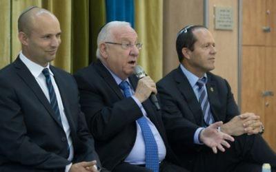 Le président Reuven Rivlin (au centre), avec le ministre de l'Education Naftali Bennett (à gauche) et le maire de Jérusalem Nir Barkat, pendant une rencontre avec des lycées de Jérusalem, le 29 mai 2016. (Crédit : Yonatan Sindel/Flash90)