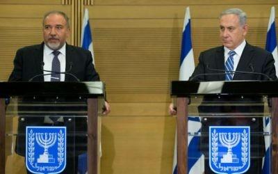 Le Premier ministre Benjamin Netanyahu (à droite) et le ministre de la Défense Avigdor Liberman pendant une conférence de presse commune à la Knesset, le 30 mai 2016. (Crédit : Yonatan Sindel/Flash90)