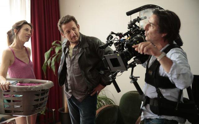 Le réalisateur Yvan Attal (à droite), avec Charlotte Gainsbourg et Dany Boon, pendant le tournage de Ils sont partout, à Paris. (Crédits : autorisation de Wild Bunch Productions)