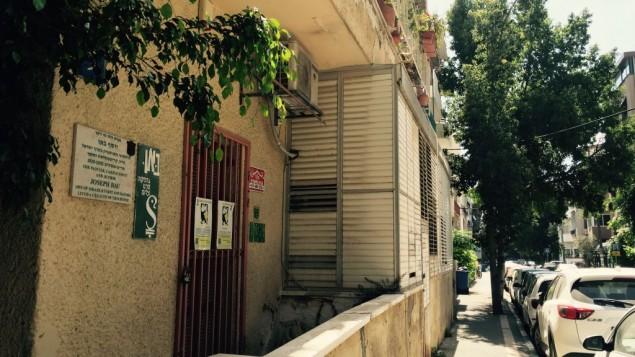 La maison de Joseph Bau, rue Berdichevski à Tel Aviv, l'un des bâtiments les plus délabrés au milieu des maisons Bauhaus rénovées, le 5 mai 2016. (Crédit : Jessica Steinberg/Times of Israel)