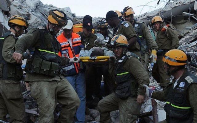 Les sauveteurs israéliens à Haïti suite à un tremblement de terre dévastateur, le 17 janvier 2010. (Crédit : unité des portes-paroles de l'armée israélienne, Flash90)