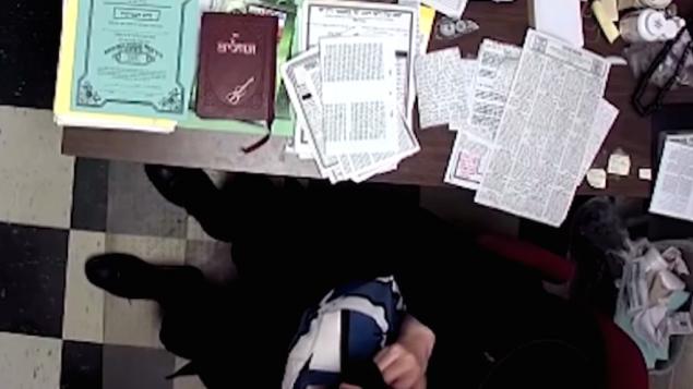 Capture d'écran d'une vidéo de 11 minutes montrant un principal d'école Hassidique touchant un jeune garçon (Crédit : Capture d'écran YouTube)