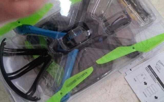 Les morceaux de drone emballés et confisqués ces dernières semaines par les forces de sécurité israélienne au poste-frontière Erez, à la frontière entre Israël et la bande de Gaza, annonce du ministère de la Défense le 30 mai 2016. (Crédit : ministère de la Défense, autorité des frontières)