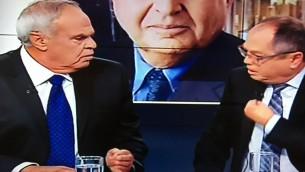 Roni Daniel (à gauche) frappe du poing sur la table pendant un débat sur la Deuxième chaîne, le 20 mai 2016. (Crédit : capture d'écran Deuxième chaîne)