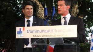 Manuel Valls (d) et Patrick Maisonnave, le 22 mai 2016 (Crédit : Marine Crouzet/ Ambassade de France en Israel)