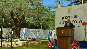Le Premier ministre Benjamin Netanyahu pendant la cérémonie de commémoration officielle du Jour du Souvenir au cimetière militaire du mont Herzl, à Jérusalem, le 11 mai 2016. (Crédit : Kobi Gideon)