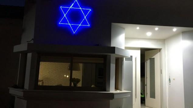 L'étoile de David illuminée de bleu sur la maison de Yuval Iluz, dans le moshav Arugot, en honneur du 68e Yom HaAtsmaout du pays, en 2016. (Crédit : autorisation)