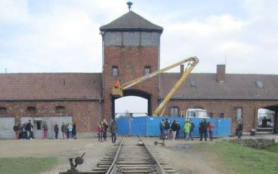 La structure de la tour de garde SS en réparation à Auschwitz-Birkenau, l'ancien camp de la mort nazi, en Pologne, où un million de Juifs ont été tués, novembre 2014 (Crédit : Matt Lebovic/The Times of Israel)