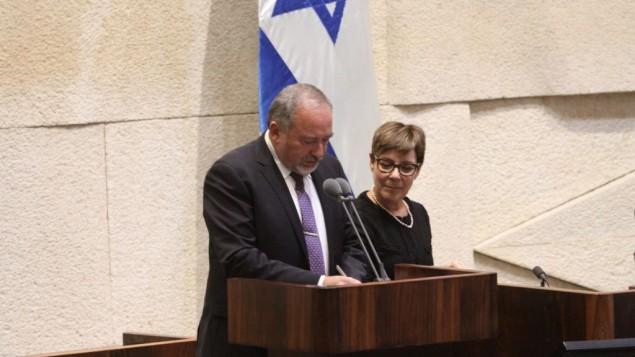 Avigdor Liberman pendant sa prestation de serment de ministre de la Défense après l'approbation de sa nomination par la Knesset, le 30 mai 2016. (Crédit : département du porte-parole de la Knesset)