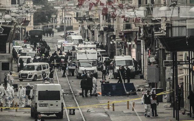Photo des services d'urgence inspectant une zone suite à un attentat à la bombe dans le cœur d'Istanbul, en Turquie, le 29 mars 2016.  (Crédit : Burak Kara/Getty Images via JTA)
