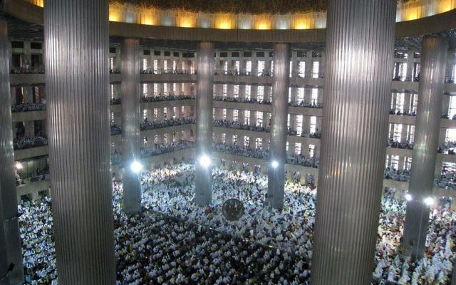 Des milliers de musulmans indonésiens à la mosquée Istiqlal, la plus grande mosquée d'Asie du sud-est, à Jakarta, en Indonésie, le 31 août 2011. (Crédit : Gunawan Kartapranata, travail personnel, CC BY-SA 3.0, via WikiCommons)
