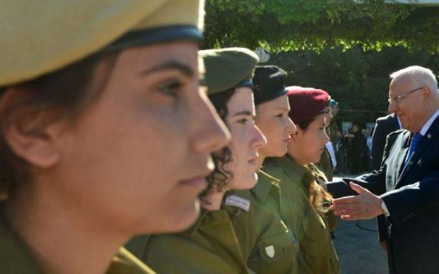 Le président Reuven Rivlin rencontre les soldats israéliens récompensés pour le service le jour de Yom HaAtsmaout, à la résidence présidentielle de Jérusalem, le 12 mai 2016. (Crédit : porte-parolat du président)