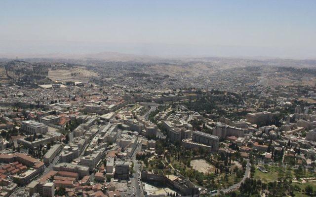 Jérusalem, vue pendant  le survol annuel de l'armée de l'air israélienne pour Yom HaAtsmaout, le 12 mai 2016. (Crédit : Judah Ari Gross/Times of Israel)