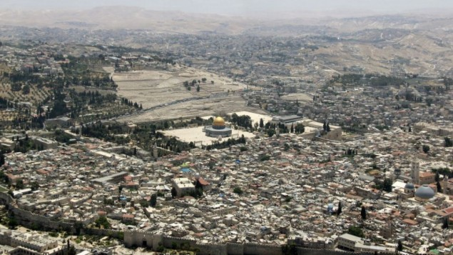 Le mont du temple et le mur Occidental à Jérusalem, depuis le survol annuel de l'armée de l'air israélienne pour Yom HaAtsmaout, le 12 mai 2016. (Crédit : Judah Ari Gross/Times of Israel)