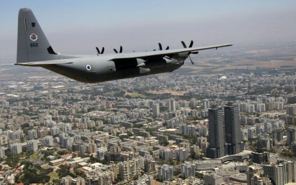 Un Super Hercules C-130J survole Ashdod pendant  le survol annuel de l'armée de l'air israélienne pour Yom HaAtsmaout, le 12 mai 2016. (Crédit : Judah Ari Gross/Times of Israel)