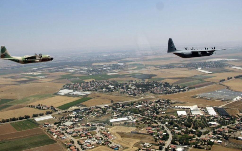 Un Super Hercules C-130J et un Hercules C-130 survolent Israël pendant  le survol annuel de l'armée de l'air israélienne pour Yom HaAtsmaout, le 12 mai 2016. (Crédit : Judah Ari Gross/Times of Israel)
