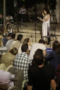 Reut Stoller, vétéran de l'armée israélienne, parle de son service militaire pendant la Deuxième Guerre du Liban pendant un évènement de l'association Resisim, à Tel Aviv, le Jour du Souvenir, le 10 lai 2016. (Crédit : Judah Ari Gross/Times of Israel)