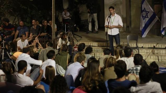 Uri Hetz, vétéran de l'armée israélienne, parle de son service militaire pendant la Deuxième Guerre du Liban pendant un évènement de l'association Resisim, à Tel Aviv, le Jour du Souvenir, le 10 lai 2016. (Crédit : Judah Ari Gross/Times of Israel)