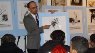 Le Dr. Rafael Medoff s'adresse aux élèves de New York leur expliquant comment les caricaturistes avaient essayé de tirer la sonnette d'alarmes au sujet de l'Allemagne nazie, mai 2016 (Réimprimé avec la permission de 'Cartoonists Against the Holocaust')