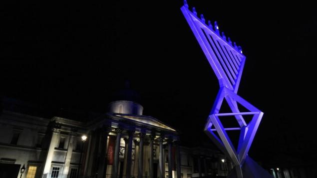 Allumage d'une ménorah à Londres, place Trafalgar, pour le premier jour de Hanoukka, le 20 décembre 2011. (Crédit : Carl Court/AFP/Getty Images)