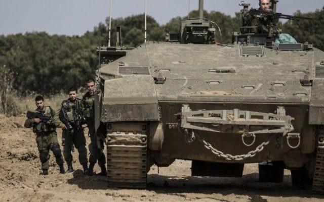 Des soldats israéliens se tiennent près d'un véhicule blindé près de la frontière entre Israël et Gaza, le mercredi 4 mai 2016. (Photo AP / Tsafrir Abayov)