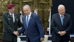 Le Premier ministre Benjamin Netanyahu (au centre) avec le vice chef d'Etat-major, Yair Golan, et le président Reuven Rivlin (à droite), pour Yom HaAtsmaout, à Jérusalem, le 12 mai 2016. (Crédit : Yonatan Sindel/Flash90)