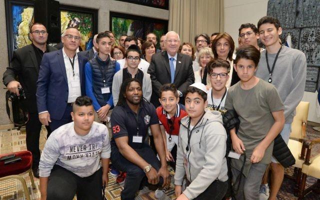 Le président Reuven Rivlin (au centre), avec les joueurs juifs, chrétiens et musulmans d'une équipe de football des Bouches du Rhône, à la résidence présidentielle de Jérusalem, le 3 mai 2016. (Crédit : Mark Neiman / GPO)