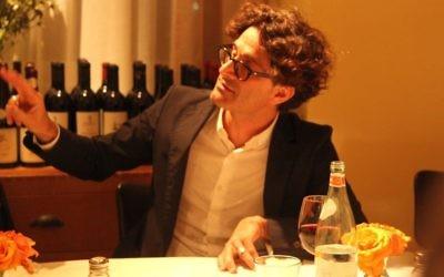 Raphaël Zagury-Orly, commissaire de la Nuit de la Philosophie à Tel Aviv, donne une conférence sur Heiddeger au restaurant La Cantina, le 26 mai 2016. (Crédits : Marine Crouzet/Ambassade de France en Israël)