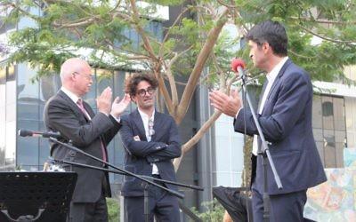 Les deux ambassadeurs félicitent Raphaël Zagury-Orly, commissaire de l'événement, le 26 mai 2016. (Crédits : Marine Crouzet / Ambassade de France en Israël)
