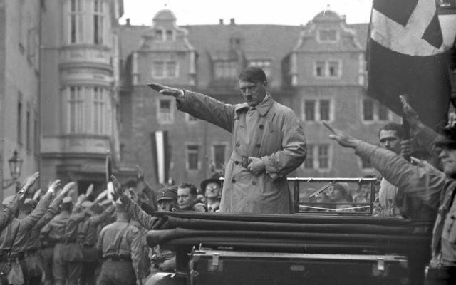 Adolf Hitler lors d'un rassemblement nazi à Weimar, en Allemagne, octobre 1930 (Crédit : domaine public)
