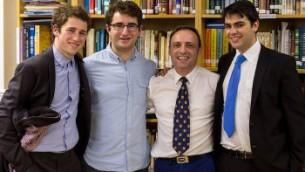 Richard Black, deuxième en partant de la gauche, avec des amis et camarades de classe, au Centre Chabad d'Oxford, en novembre 2015 (Crédit : Charlie Woods)
