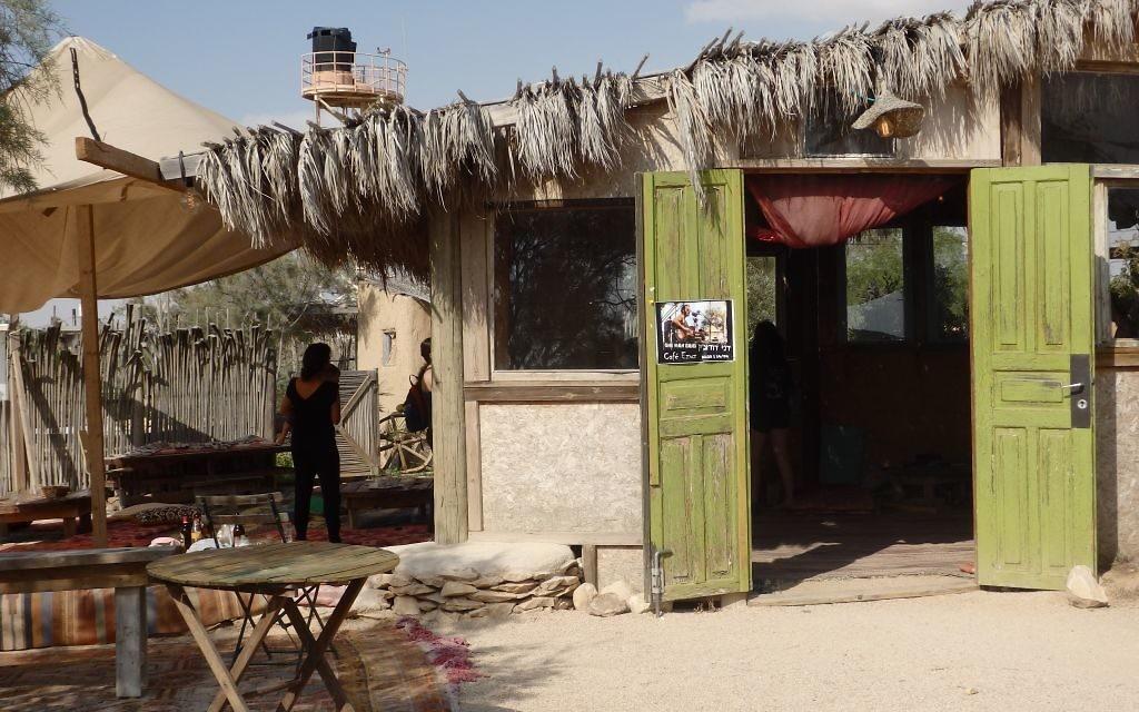 Le café Ezuz, dans le village d'Ezuz (Néguev), tenu par un couple de Français, le 28 mai 2016. (Crédits : Héloïse Fayet / Times of Israel)
