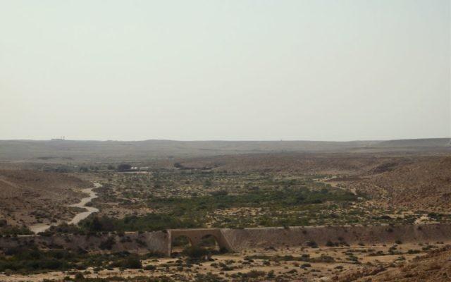 Panomara du Néguev depuis le village d'Ezuz, le 28 mai 2016. (Crédits : Héloïse Fayet / Times of Israel)