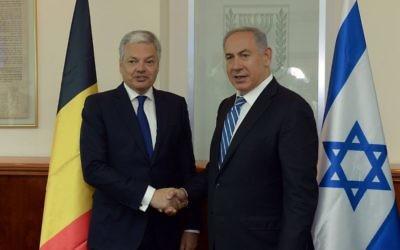 Le Premier ministre Benjamin Netanyahu (à droite) et le ministre belge des Affaires étrangères, Didier Reynders, à Jérusalem, le 9 mai 2016. (Crédit : Haim Zach/GPO)