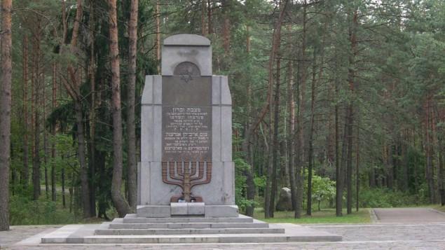 Un mémorial pour les victimes juives du massacre de Ponary, juste à côté de Vilnius, en Lituanie. 70 000 Juifs, ainsi que 28 000 Russes et Polonais, ont été assassinés près de la gare de Ponary, entre juillet 1941 et août 1944. (Crédit : Wikimedia commons)