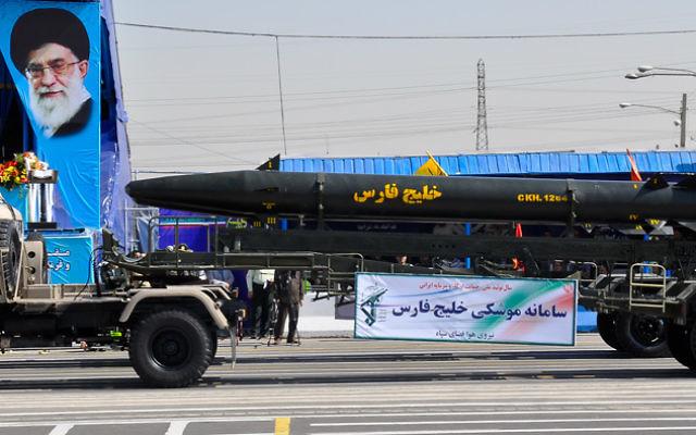 Un missile balistique Khalij Fars pendant une parade militaire en Iran. (Crédit : armée iranienne/CC BY-SA 3.0/WikiMedia)
