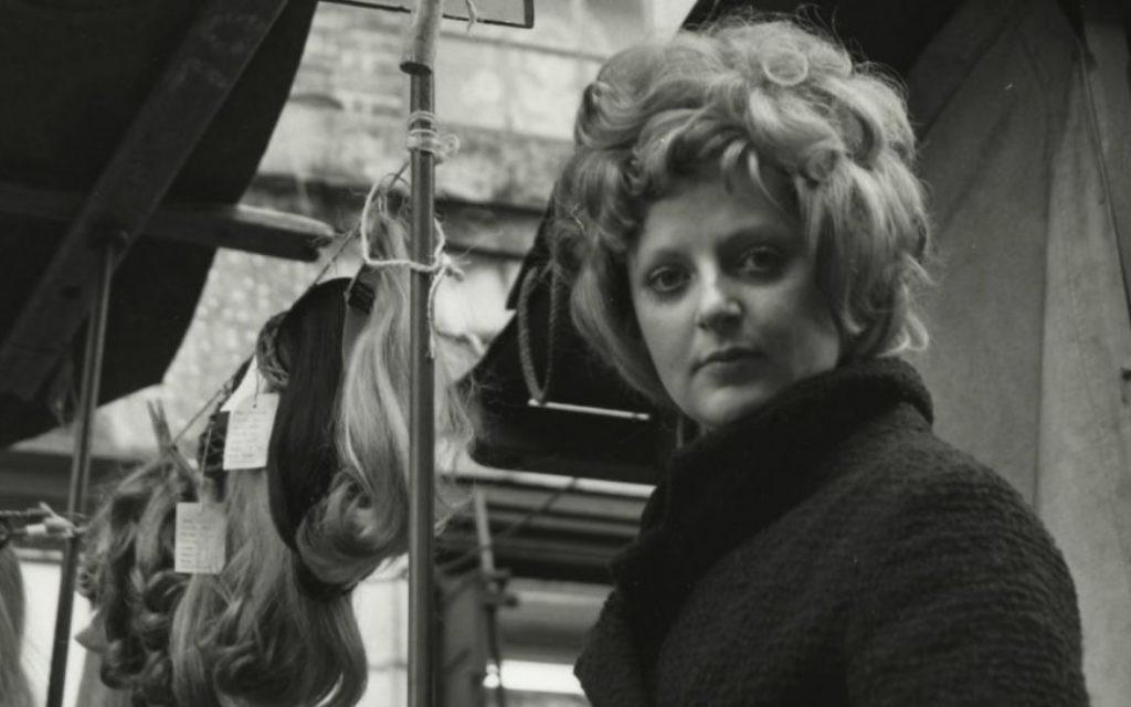 """Détail de """"Petticoat Lane, Sunday market, with stall-holder"""", Dorothy Bohm, à Londres dans les années 1960. (Crédit : autorisation)"""