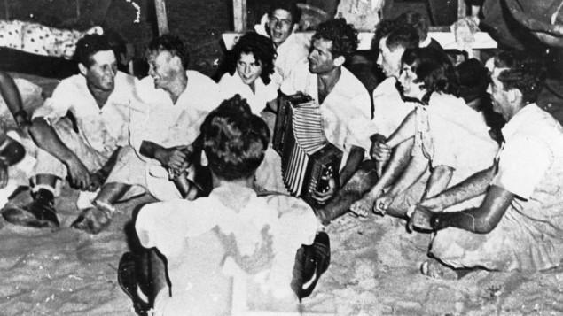 Un kumzitz de l'époque du Palmach, où l'accordéon et le chant accompagnaient parfois un feu de joie avec des pommes de terre chaudes cuites dans les braises. (Crédit : autorisation des archives du Palmach)