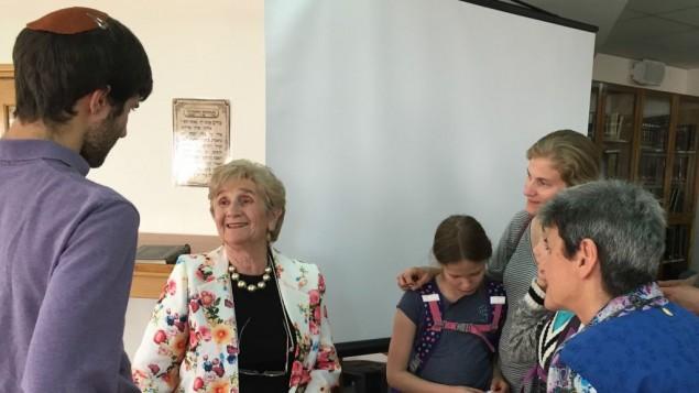 La survivante Rena Quint répond aux questions après avoir témoigné de ses épreuves durant l'Holocauste, le 4 mai 2016 (Crédit : Amanda Borschel-Dan/Times of Israel)
