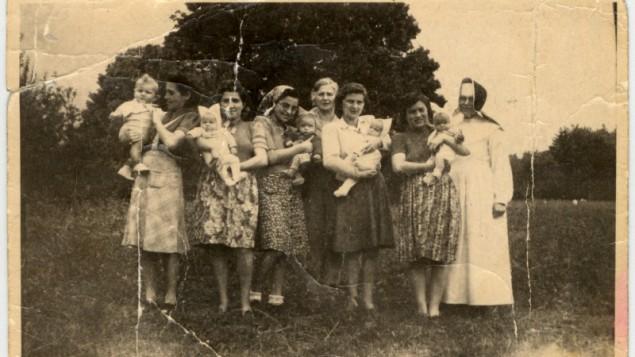 Cinq mères juives hongroises avec leurs enfants pendant l'hiver 1945. Ils faisaient partie du de Schwanger Kommando du camp de concentration de Kaufering, un groupe autorisé à élever les enfants, sans doute pour les surveillants SS puissent l'utiliser comme élément de négociation quand les Alliés ont conquis l'Allemagne. (Crédit : Musée du Mémorial de l'Holocauste des Etats-Unis, autorisation de Lilian Rosenthal)