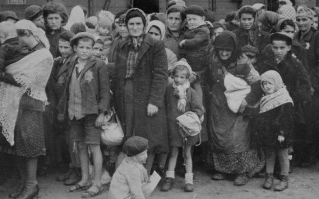 Des femmes et des enfants juifs des Basses Carpates russes attendent la sélection à l'entrée d'Auschwitz-Birkenau, en mai 1944 (Crédit : Musée du Mémorial de l'Holocauste des Etats-Unis, autorisation de Yad Vashem [Domaine public])
