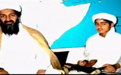 Image non datée du chef terroriste d'Al-Qaida, Oussama Ben Laden, et de son fils Hamza. (Crédit : capture d'écran YouTube)