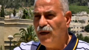 Capture d'écran du maire d'Abu Ghosh Issa Jaber Abu Ghosh, qui a parlé avec la Dixième chaîne le 1 mai 2016 au sujet des plans pour construire un centre culturel Arafat dans sa ville. (Capture d'écran Dixième chaîne).