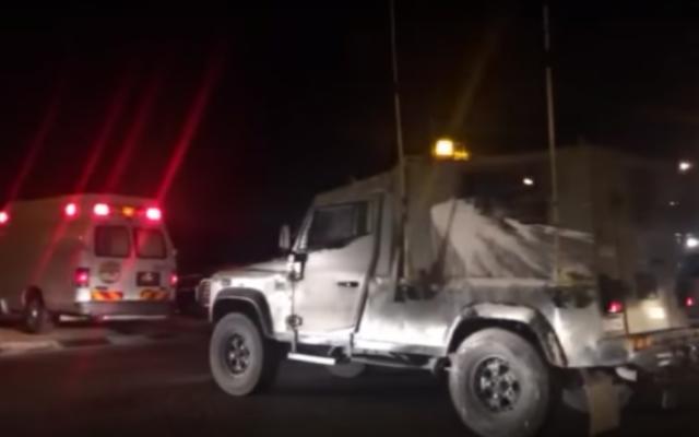 Scène d'une attaque à la bombe près de Hizme, en Cisjordanie, le 10 mai 2016. (Crédit : capture d'écran YouTube)