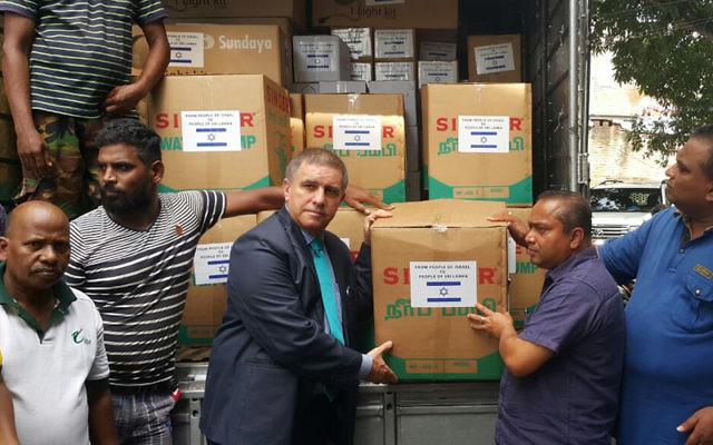 L'ambassadeur d'Israël au Sri Lanka, Daniel Carmon présente la cargaison de matériel envoyée aux autorités du Sri Lanka (Crédit : autorisation du ministère des Affaires étrangères)