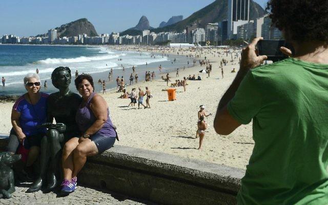 La statue de bronze de l'auteur brésilienne Clarice Lispector est devenue l'endroit à photographier sur la plage de Rio (Crédit : Fernando Frazao/Agencia Brasil/JTA)