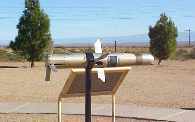 Un missile TOW exposé dans un musée (Crédit : White Sands Missile Range Museum / Domaine public / Wikimedia)