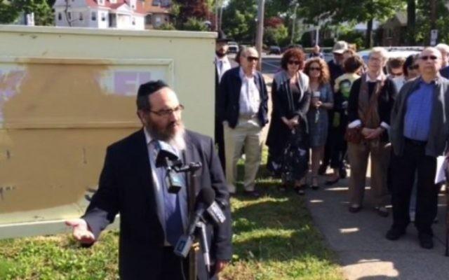 Le rabbin Raphie Schochet s'adresse à la presse devant la congrégation Ohawe Shalom de Pawtucket, dans le Rhode Island, le 23 mai 216. (Crédit : capture d'écran Providence Journal)